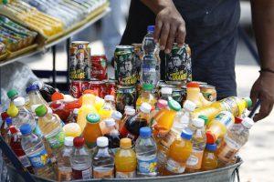 MÉXICO, D.F., 17OCTUBRE2013.- México ocupa el primer lugar en obesidad entre su población debido a la ingesta de comida chatarra y comida de bajo valor nutrimental así como de bebidas azucaradas y refrescos. Dentro de la Reforma Hacendaria que será aprobada en su totalidad en los próximos días se aprobará el gravamen a bebidas azucaradas; en comisiones se aprobó el cobro de un peso extra por litro de bebidas azucaradas por concepto de Impuesto Especial sobre Producción y Servicios (IEPS). FOTO: RODOLFO ANGULO /CUARTOSCURO.COM