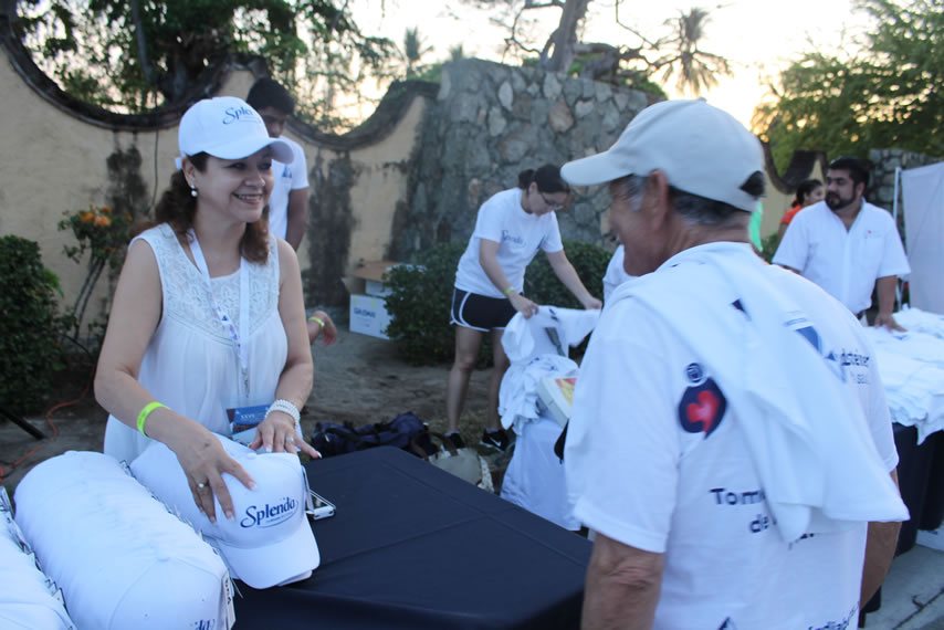 Francis Flores, Presidenta de la AMD Guerrero recibiendo a los corredores que madrugaron