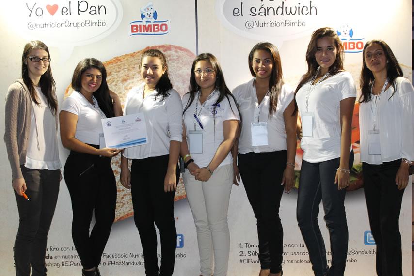 Las chicas de Bimbo recibiendo su reconocimiento por haber participado en el XXVII Congreso Nacional de la FMD