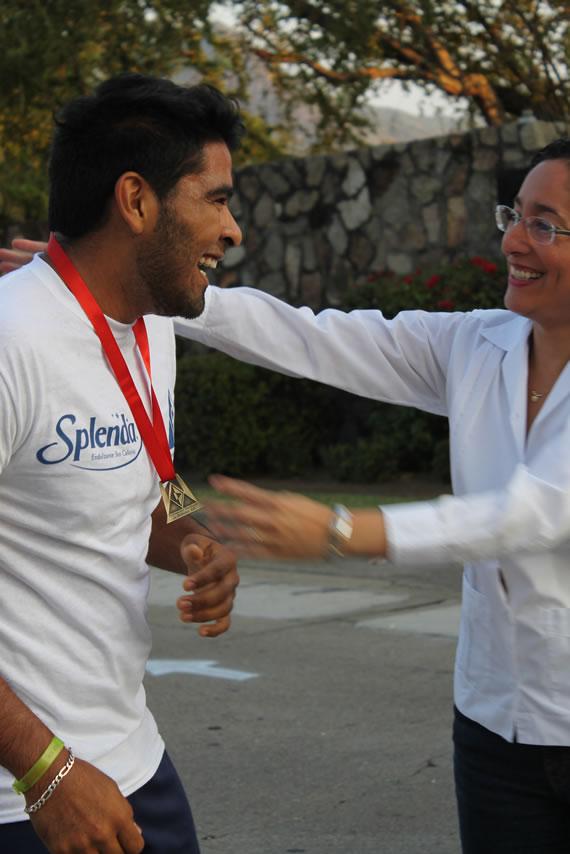 Los corredores recibiendo sus medallas
