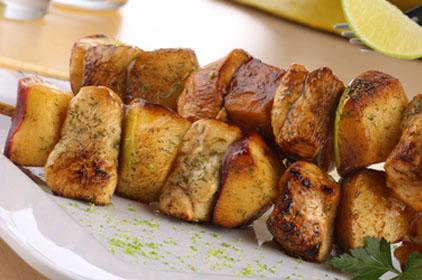 Brochetas de manzana y pollo con salsa de limón