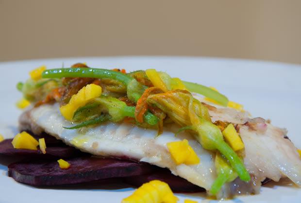 Filete de pescado con flor de calabaza