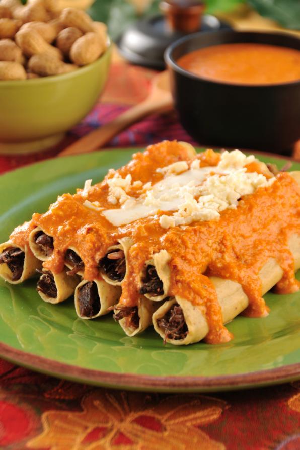 Flautas de res con salsa de cacahuate