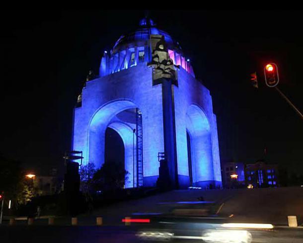 Monumentos iluminados de azul DMD 2015
