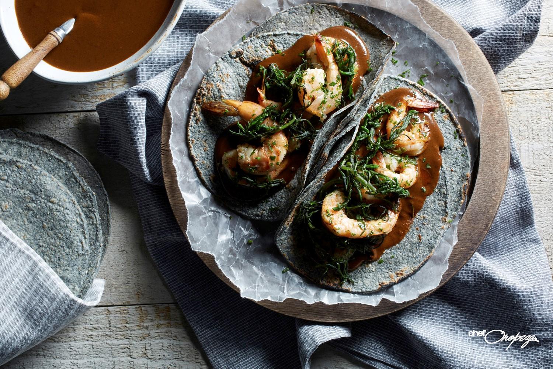 Romeritos con mole y camarones en taquitos